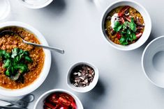 Daal med skyr, cherrytomater, koriander og saltede mandler