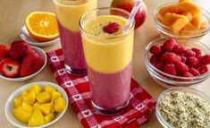 Zweifarbiger Mango-Ananas-Erdbeer-Himbeer-Detox-Smoothie: www.fourchette-and . - - Smoothie détox bicolore mangue-ananas et fraises-framboises : www.fourchette-et… Zweifarbiger Mango-Ananas-Erdbeer-Himbeer-Detox-Smoothie: www. Healthy Work Snacks, Diet Snacks, Healthy Smoothies, Smoothie Recipes, Diet Recipes, Healthy Foods, Meal Replacement Shakes Homemade, Diet Drinks, Food And Drink