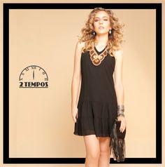"""Vestido com decote de missangas em um look que prova que o total """"black"""" sempre funciona! Já os acessórios realçam o look (bolsa de franja super tendência e vários tipos de pulseiras juntas)!"""
