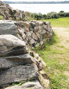 Le Parthénon de la préhistoire, il se trouve dans la baie de Morlaix et sur couleurs-bretagne : http://bretagne-web.fr/couleurs-bretagne/cairn-barnenez.php