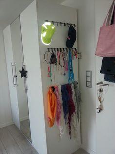 Kinderzimmer von der großen : )  Türgriffe an die Seite geborrt ,für Schmuck und Tücher Aufbewahrung... Griffe und Hacken  von Ikea