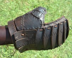 Fencing Gloves (leather combat gauntlets) exceptional quality to reduce the risk of injury of the hand during sword combat. Viking Armor, Larp Armor, Medieval Armor, Leather Armor, Leather Gloves, Vikings, Fighting Gloves, Leather Gauntlet, Viking Reenactment