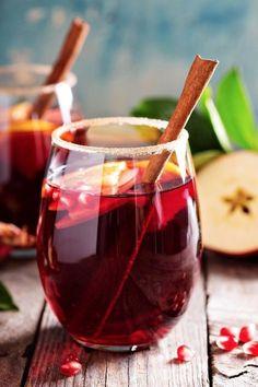 Sparkling sangria with cider / 3 sliced apples, 1 glass of Cognac, 3 glasses of cider, of 1 bottle of Cava (or a sparkling wine), 100 g of pomegranate seeds (see website for recipe) Sparkling Sangria, Holiday Sangria, Sangria Punch, Sangria Wine, Winter Cocktails, Cocktail Drinks, Alcoholic Drinks, Beverages, Top Cocktails