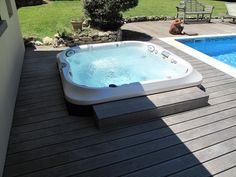 Spa Jacuzzi® J-335™, 4-5 places, encastré dans une terrasse près d'une piscine