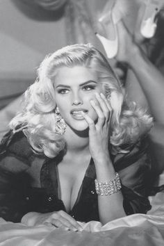 Anna Nicole Smith went from single mom to beautiful and sought after Guess model within a few years. She married a billionaire for his money, gained weight and created a stir in Hollywood. Anna Nicole Smith, Vintage Glamour, Vintage Beauty, Vintage Models, Tattoo Gesicht, Modelos Guess, Foto Glamour, Guess Models, Guess Girl