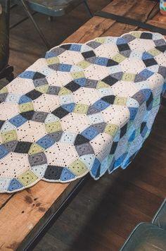 [무료도안] 로맨틱한 웨딩링 블랭킷뜨기 : 네이버 블로그 Granny Squares, Crochet Granny, Quilts, Rugs, Knitting, Home Decor, Blankets, Hexagon Crochet, Crochet Cushions