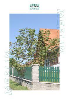 Unser MERLIN ist extrem wandelbar: in Holzoptik oder in Grün wirkt er wie ein klassischer Lattenzaun und passt sich optimal dem Landhausstil an, in Farben wie anthrazit oder grau wirkt er hingegen modern. Stelle dir deinen Gartenzaun individuell zusammen und wähle aus 200 verschiedenen RAL Farben. Merlin, Outdoor Structures, Modern, Split Rail Fence, Fence Ideas, Cottage Chic, Classic, Trendy Tree