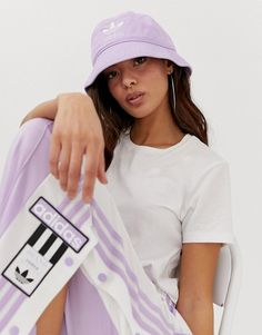 adidas Originals hinkhatt i lila Outfits With Hats, Retro Outfits, Trendy Outfits, Cute Outfits, Bucket Hat Outfit, Adidas Bucket Hat, Teen Fashion, Fashion Outfits, Outfits Mujer