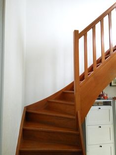 repeindre-escalier-bois-ancien Stairs, Scale, Home Decor, House Stairs, Stair Makeover, Entryway, House, Weighing Scale, Stairway