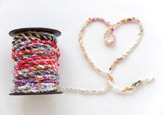 はぎれを使って編んだカラフルで可愛いロープです。私も夢中で編んでいます♪