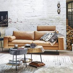 Griffige Lederoberflächen, samtige Teppiche und echte-natürliche Hölzer - der Nature-Look 2020 verzaubert durch seine lässige Natürlichkeit. Sofas, Lounge, Furniture, Design, Home Decor, Rustic Decor, Rugs, Stool, Living Room