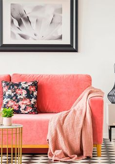 Coral: offical pantone color of 2019 and how to use it in your interior design. Thirty ways of using coral pantone color in Feed your design ideas now. Coral Living Rooms, Living Room Colors, Living Room Decor, Coral Pantone, Pantone Color, Coral Home Decor, Coral Color Decor, Le Living, Guest Bedroom Office