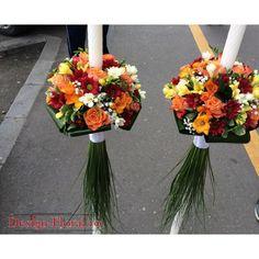 Lumanari cununie realizate dintr-un mix de flori in tonuri de galben, portocaliu si rosu: trandafiri, frezii, margarete si floarea miresei. Lumanarile de cununie sunt finisate cu beargrass, aspidistra si panglica satinata. Pretul afisat este calculat pentru o pereche ( 2 bucati)! Weeding, Glass Vase, Table Decorations, Design, Home Decor, Google, Weddings, Homemade Home Decor, Grass