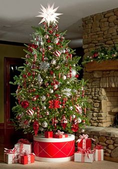 Du #rouge pour le #sapin de #Noël !  #blanc #cheminée #salon #déco #décoration #cadeau http://www.m-habitat.fr/tendances-et-couleurs/deco-de-fete/noel-decorer-sa-maison-pour-pas-cher-3884_A
