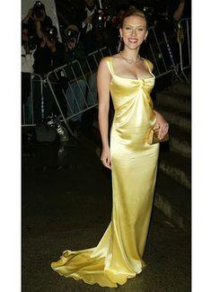 2004 Scarlett Johansson in Calvin Klein - Most Memorable Met Gala Gowns Ever - Photos Scarlett Johansson, Satin Dresses, Nice Dresses, Scarlett And Jo, Kirsten Dunst, Mellow Yellow, Beautiful Celebrities, Yellow Dress, Yellow Maxi