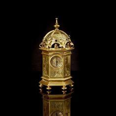 Rare horloge de table en forme de tour, hexagonale couronnée d'un dôme en bronze. Blois, seconde moitié du XVIe siècle H 18,9 cm Ø 9,5 cm