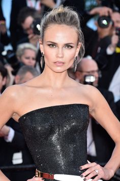 """Natasha Poly in tough glam sexy hybrid: Strapless shiny black swimsuit + structure volume white ball skirt = glamorous gown with buckle straps details Atelier Versace FW 2014 Couture at """"Carol"""" Premiere Cannes Film Festival Natasha Poly, Red Carpet Makeup, Red Carpet Hair, Cleopatra, Cannes Film Festival 2015, Cannes 2015, Divas, Lush, Evening Makeup"""