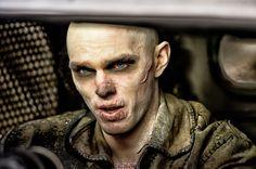 Nicholas Hoult nos sorprende con una impresionante caracterización para convertirse en Nux. ¡No te lo pierdas en #MadMax: Furia en la Carretera! Ya en cines