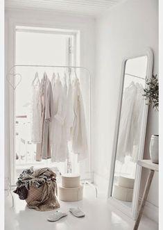 Burros, percheros o colgadores... Se acabó la manía de no dejar la ropa a la vista. Las propias prendas se han convertido en parte del decorado.