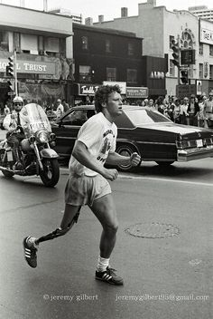 Terry Fox, during his Marathon of Hope, crosses Yonge Street at Bloor in Toronto, July Every Canadian has a soft-spot for Terry. I Am Canadian, Canadian History, Canadian People, Canadian Things, Canada Eh, Toronto Canada, Toronto City, Yonge Street, History Photos