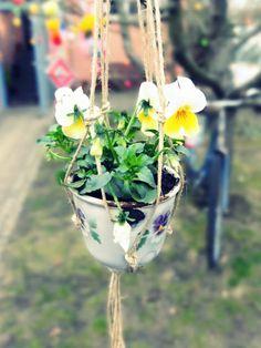 http://jansschwester.blogspot.de/2016/03/kleine-tassen-blumenampeln.html