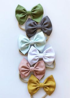 We LOVE the textured of this set of 6 handmade linen baby bows- available on either nude nylon OSFA or metal alligator clips. - March 09 2019 at Baby Girl Hair Bows, Girls Bows, Baby Bows, Baby Headbands, Newborn Hair Bows, Baby Outfits, Funny Baby Clothes, Babies Clothes, Babies Stuff