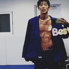 Lee Joon Gi showing off his chocolate abs Hot Korean Guys, Hot Asian Men, Korean Men, Hot Guys, Asian Actors, Korean Actors, Korean Dramas, Lee Joon Gi Abs, Lee Jong Ki