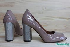 Бежевые лаковые туфли на толстом каблуке