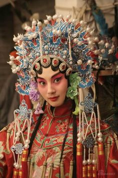 I chose this picture because I really enjoyed the make-up, but also the intricacy that went into the headgear. Traditional Chinese, Chinese Style, Chinese Art, Traditional Dresses, Cultures Du Monde, World Cultures, We Are The World, People Of The World, Chinese Opera