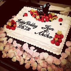 フルーツはポイントで飾って、挙式日とお名前を目立つようにお願いしたウェディングケーキ。 周りはフラワーペタルを飾られています♡ カップルシルエットのケーキトッパーは、フリマアプリで安く購入! 一段のケーキでも高さを演出できる、ご新婦さまの素敵なアイデアです。