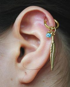 Gold feather cartilage piercing earrings #cartilage #earrings www.loveitsomuch.com