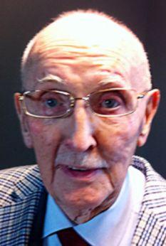 † Jaap Bax (91) 19-08-2017 Jaap Bax is op 91-jarige leeftijd overleden. Dat heeft zijn voormalige werkgever de NOS vandaag bekendgemaakt. Bax was een voormalig wethouder in 's-Gravenzande. Hier zat hij ook 23 jaar in de gemeenteraad. Daarnaast was hij in 1990 waarnemend burgemeester van Maasland. Dertig jaar lang deed Bax verslag van voetbalwedstrijden op de radio in het programma Langs de Lijn.
