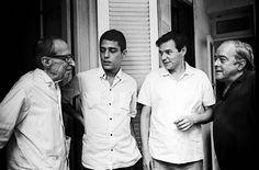 Foto de Pedro de Moraes. Manuel Bandeira, Chico Buarque, Tom Jobim e Vinicius de Moraes. Rio de Janeiro, década de 1960.