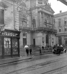 A Király utcában a színház előtt parkoló gépkocsiról 1930-ban készült ez a felvétel.  (talán Steyer típusú ?). A vezető szabályosan parkol (nem forgalommal szemben), mert ekkor még baloldali közlekedés volt Magyarországon. (fénykép eredeti forrása: Höfler Tibor gyűjtemény)