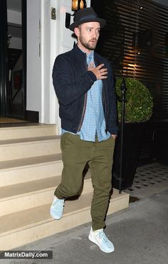 Promi Hut ab vor Justin Timberlake, als er SexyBack zu Londons Knight bringt . Justin Timberlake, Green Jeans Outfit, Green Pants, Pants Outfit, Tan Pants, Celebrity Style Dresses, Celebrity Style Casual, Boy Fashion, Mens Fashion