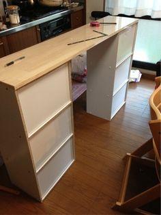 お正月休みは久々のDIY 今回はキッチンカウンターを作りました! 夕飯の準備中の物をテーブルに置いてたら とにかくコタが何...