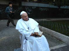 El Papa pide dinero. Un doble de Juan Pablo II, con una Biblia en las manos, pide dinero a los turistas que pasean por el Coliseo y el Foro romano.