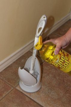 cepillo de limpieza con un aromatizante y desinfectante