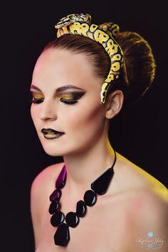 Séance photos mode en studio avec un serpent, python royal jaune.  Beauty photoshoot with snake in studio.  #studio #snake #python #serpent #photos #beauté #mode #shooting #photoshoot #studio #séancephotos #model #makeup #yellow #hmua