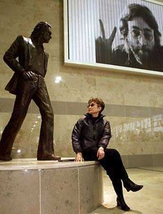 A statue of the man himself at Liverpool John Lennon Airport - with Yoko Ono / Crowne Plaza Hotel. Foto Beatles, Beatles Love, Les Beatles, John Lennon Beatles, Beatles Art, Beatles Photos, John Lennon Yoko Ono, Imagine John Lennon, The Fab Four