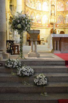 Flowers on stairs decor wedding Church Wedding Flowers, Altar Flowers, Church Flower Arrangements, Church Wedding Decorations, Wedding Altars, Altar Decorations, Wedding Ceremony, Decor Wedding, Aisle Runner Wedding