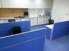 全布冇電線槽屏風連檯,布色:天藍色 /15-44 ,框色:原色氧化鋁,長方形工作檯,物料:雙面板 / 8号橡木色,呎吋:W1800 x D600 x H745mm $1900  (20)