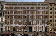 SOS, 2014 Instalación de luz para la fachada del Museo Nacional de Artes Decorativas  © Eugenio Ampudia