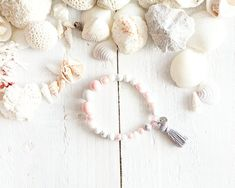 Bracelet Saidia par AzulCollection Rose Pale, Etsy, Pom Poms, Turquoise Beads, Pink Pearls, White Roses, Acrylic Beads, Gifts, Jewerly