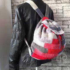 Een grote stevige ruime tas gehaakt in vasten met dubbel draad. 1 draadje linnen en 1 draadje katoen in verschillende pastel kleuren. Stevig hengsel met zachte grip. De tas heeft een vierkante bodem...