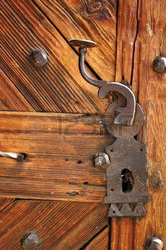 antiguo cerrojo en la hermosa puerta de madera detalle entrada de la antigua iglesia tradicional