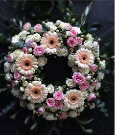 Blütenkranz Floral Wreath, Wreaths, Design, Home Decor, Homemade Home Decor, Door Wreaths, Deco Mesh Wreaths, Garlands, Design Comics