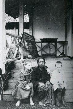 Dua anak Kerkhoven, Bertha (1888-1972) dan Karel (1887-1966) bersama dengan pembantunya Engko di beranda rumah di Gamboeng, Ciwidey, Jawa Barat 1899