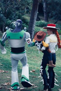 Justin Timberlake & Jessica Biel Wear 'Toy Story' Costumes for Halloween!: Photo Justin Timberlake and Jessica Biel get into character as Buzz Lightyear and Jessie while dressing up for Halloween! The superstar couple dressed up like the Toy… Toy Story Halloween Costume, Toy Story Costumes, Family Costumes, Halloween Kostüm, Toy Story Party Costume, Jessie Toy Story Costume, Group Costumes, Justin Timberlake, Celebrity Couple Costumes