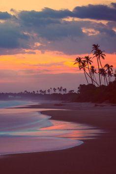Deus fez e faz tudo tão perfeito que o mar chega na beira da praia e para,isso é DEUS